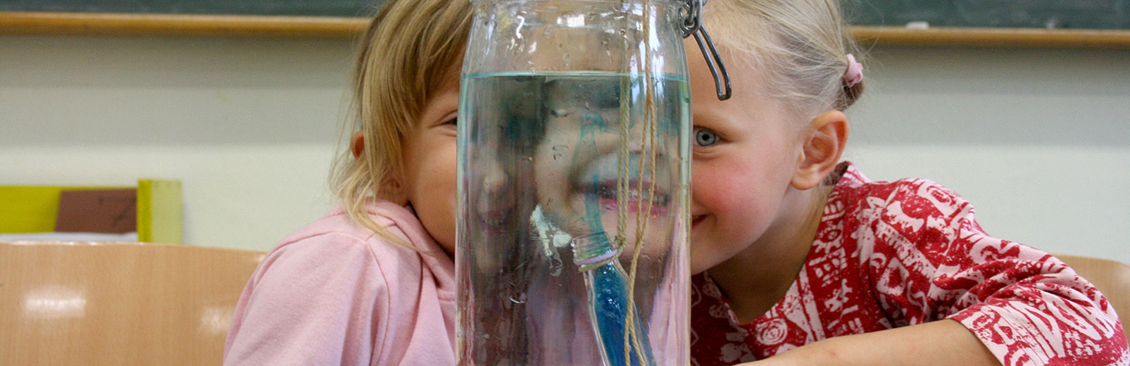 aedchen sitzen vor einem Wasserglas
